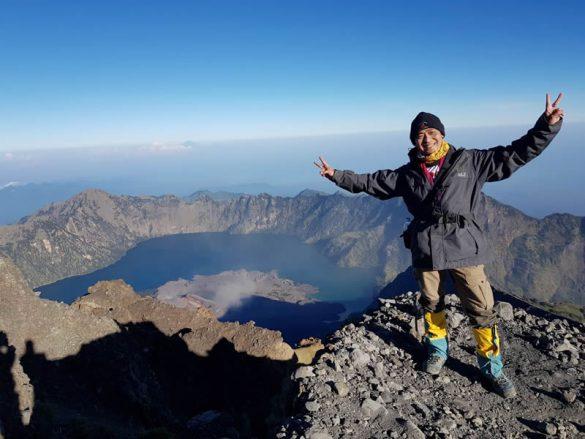 Seorang dosen yang juga pegusaha berhasil mendaki 7 summits Indonesia