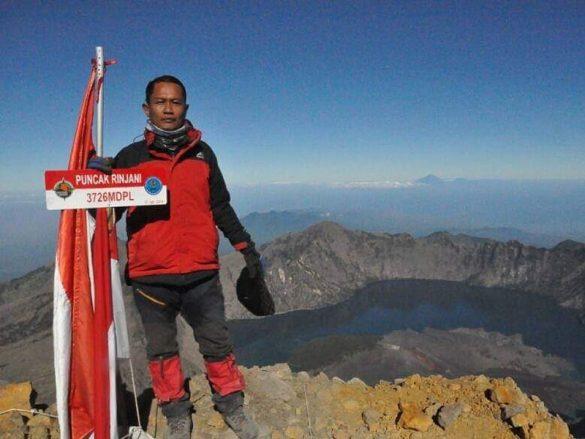 Seorang Petani asal Pulau Buru Menuntaskan 7 Summits Indonesia