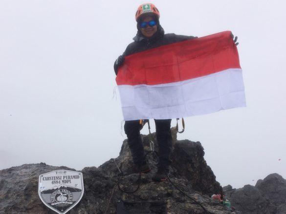 Ibu muda temani anaknya menyelesaikan 7 Puncak Indonesia